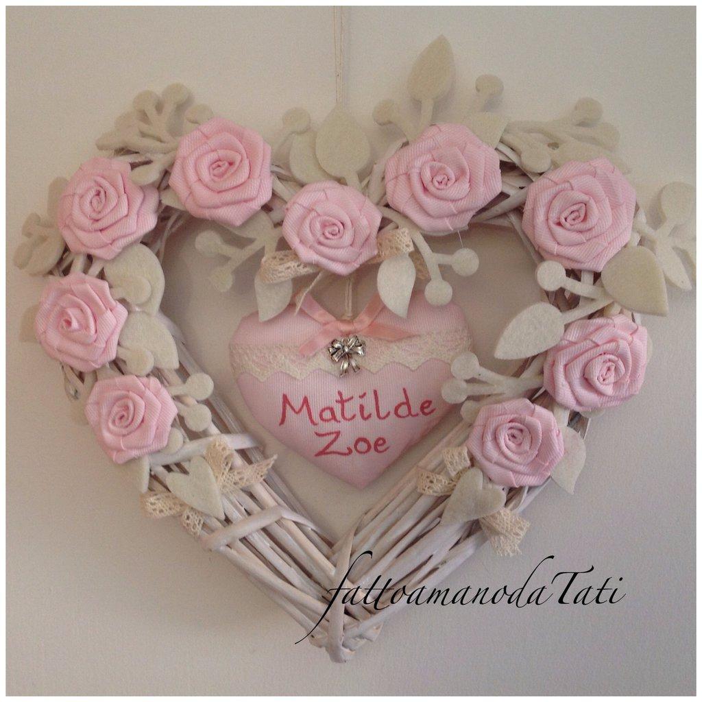 INSERZIONE RISERVATA PER ROBERTA Cuore/fiocco nascita in vimini con rose di piquet e cuore rosa