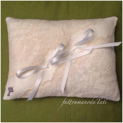 Cuscino per fedi in lino bianco e pizzo valencienne