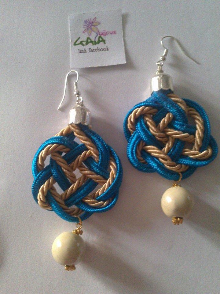 Orecchini con passamaneria azzurra e beige, pallina beige in ceramica