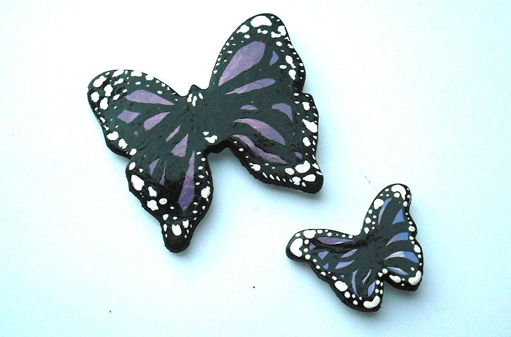 Decorazione farfalle viola da parete modellate con la porcellana fredda e dipinte a mano