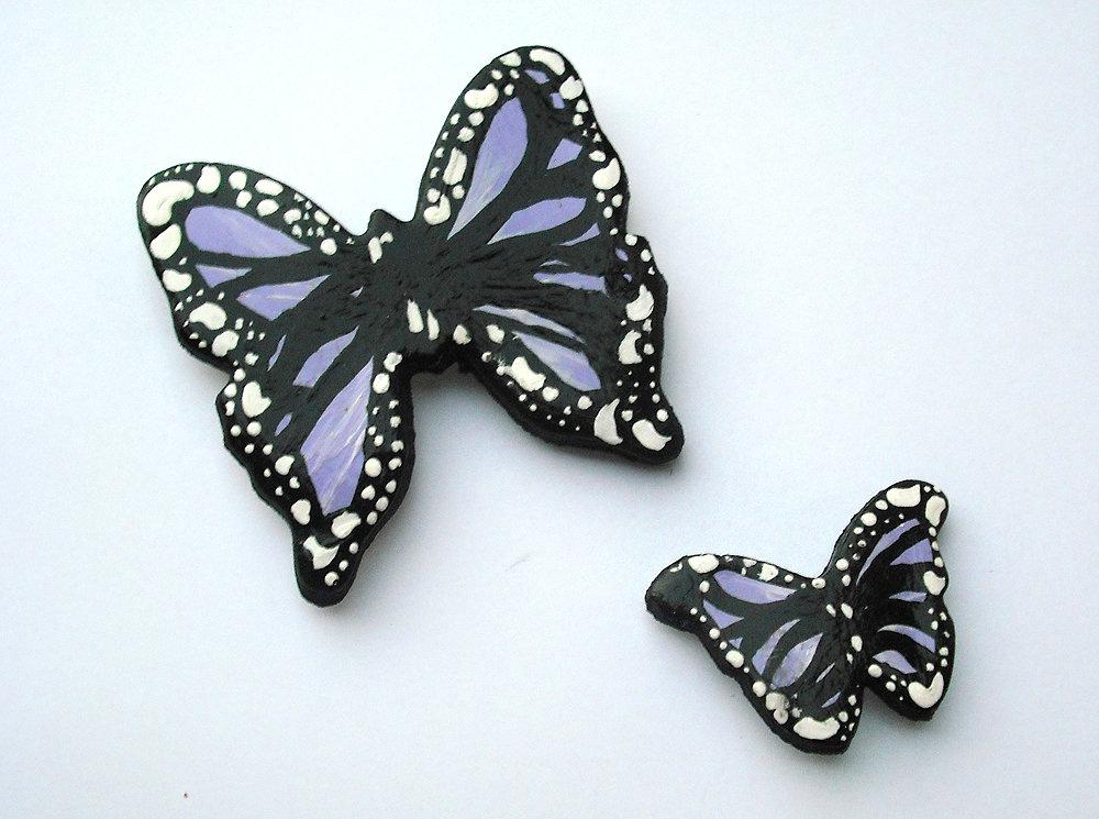 Decorazione farfalle lilla da parete modellate con la porcellana fredda e dipinte a mano