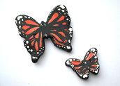Decorazione farfalle arancioni da parete modellate con la porcellana fredda e dipinte a mano