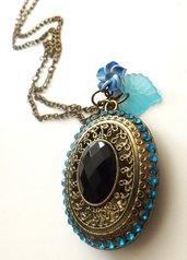 Novità!Collana con pendente medaglione con strass azzurri .fiore in fimo e fogliolina idea regalo natale per lei