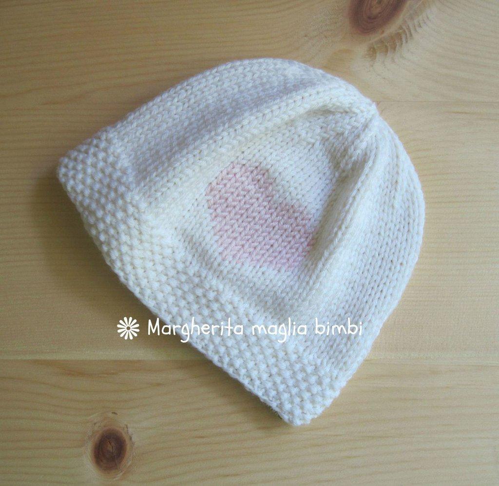 Berretto neonato/bambina bianco con cuore rosa fatto a mano - merino superwash