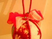 Pallina con fiocco e perle rosse