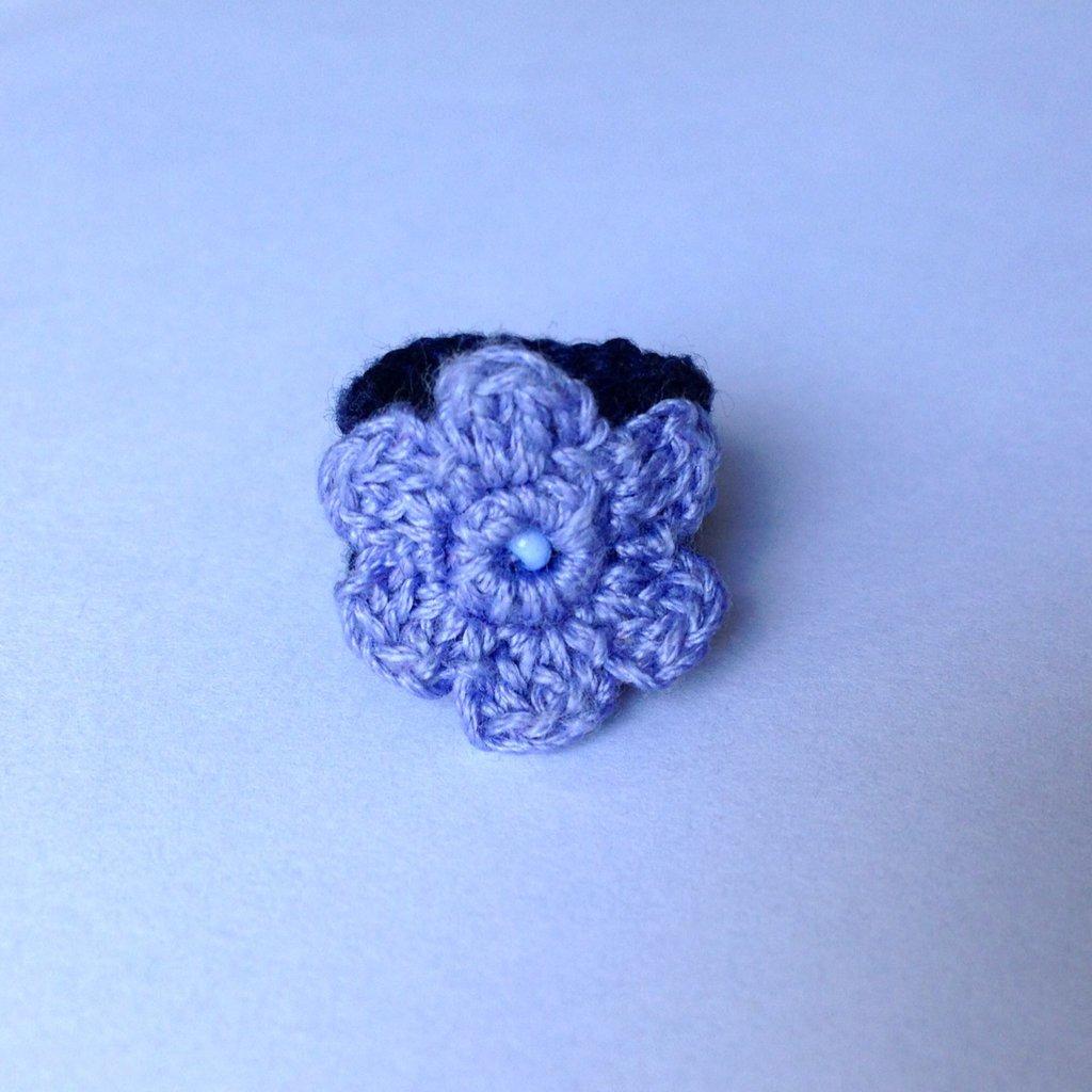 Anellino a fascia blu in cotone con fiore lilla e perline, fatto a mano all'uncinetto