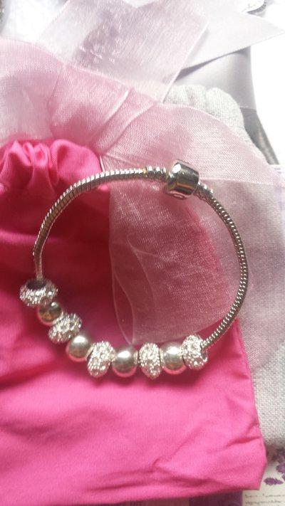 Bracciale color argento in praline bianche!