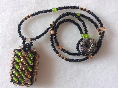 COLLANA CON PENDENTE DI PERLINE colore verde/nero