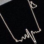 Collana con ciondolo a forma di cuore e andamento cardiaco idea regalo Natale per lei