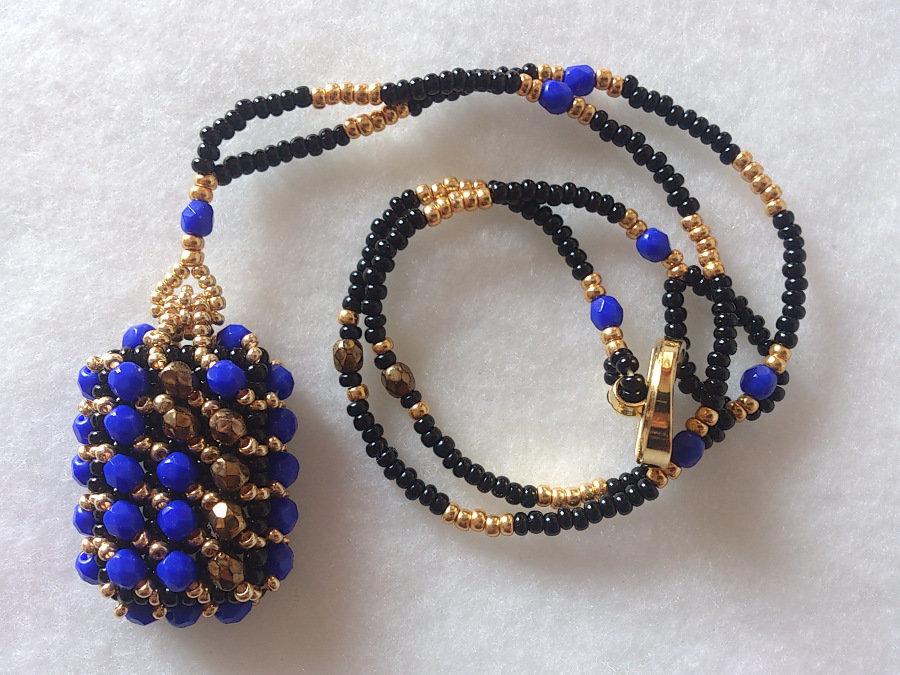 COLLANA CON PENDENTE DI PERLINE colore blu/bronzo