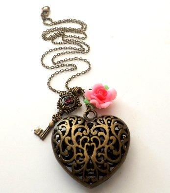 Collana color bronzo con ciondolo cuore,chiave e fiore in fimo idea regalo natale per lei