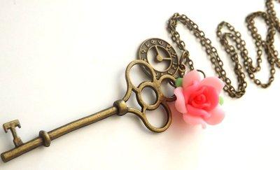 Collana vintage color bronzo con ciondolo grande chiave,fiore in fimo e ciondolino orologio idea regalo Natale per lei