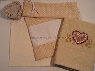 Set asilo e suola 3 pezzi cuore: asciugamano, tovagliolo, sacca con inserto da ricamare