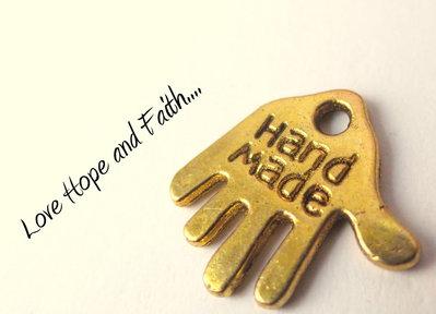 "Charm ciondolo mano ""HANDMADE"" color oro (11mm) (cod. 06467)"