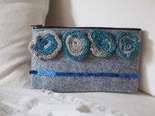Astuccio portatrucco,penne, in feltro grigio chiaro.Applicate 4 rose tubolari (lana-cotone) gradazione beige-turchese-blu e paillettes blu