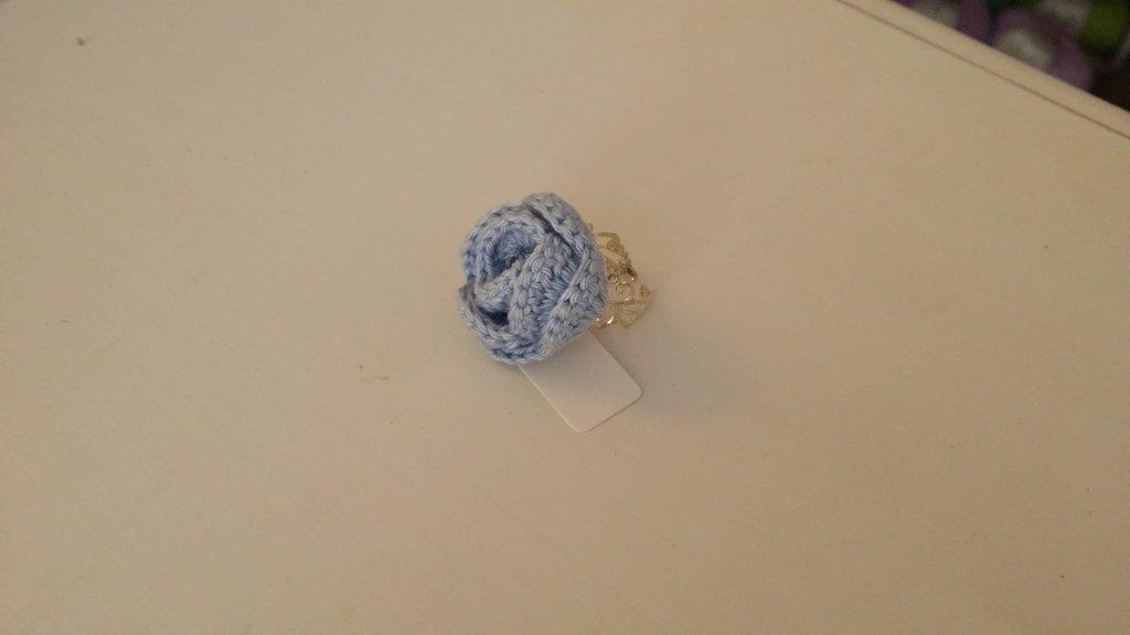 anello con fiore azzurro cielo