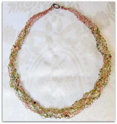 collana con intreccio a uncinetto con perline verdi
