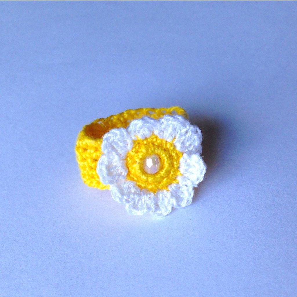 Anellino a fascia bianco e giallo in cotone con margherita, fatto a mano in uncinetto
