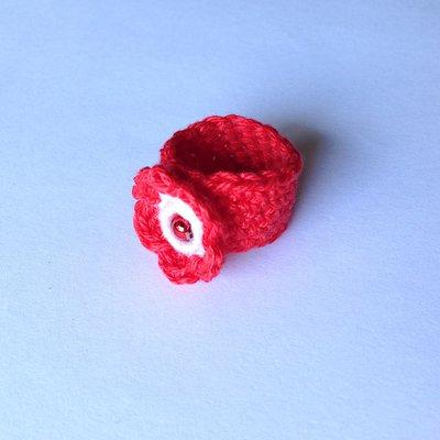 Anellino a fascia rosso e bianco in cotone con fiorellino con perlina, fatto a mano all'uncinetto