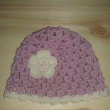 Cappello bambina rosa con fiore panna in pura lana all'uncinetto