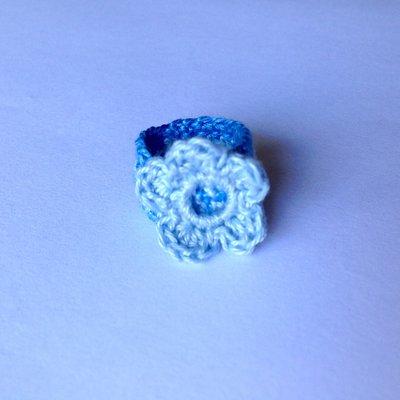 Anellino a fascia azzurro in cotone con fiorellino, fatto a mano all'uncinetto