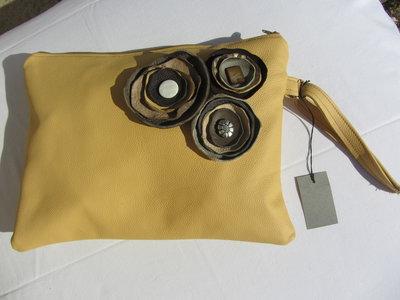 pochette in vera pelle giallo banana maxi oversize  fiori decorativi charms fatto a mano pezzo unico