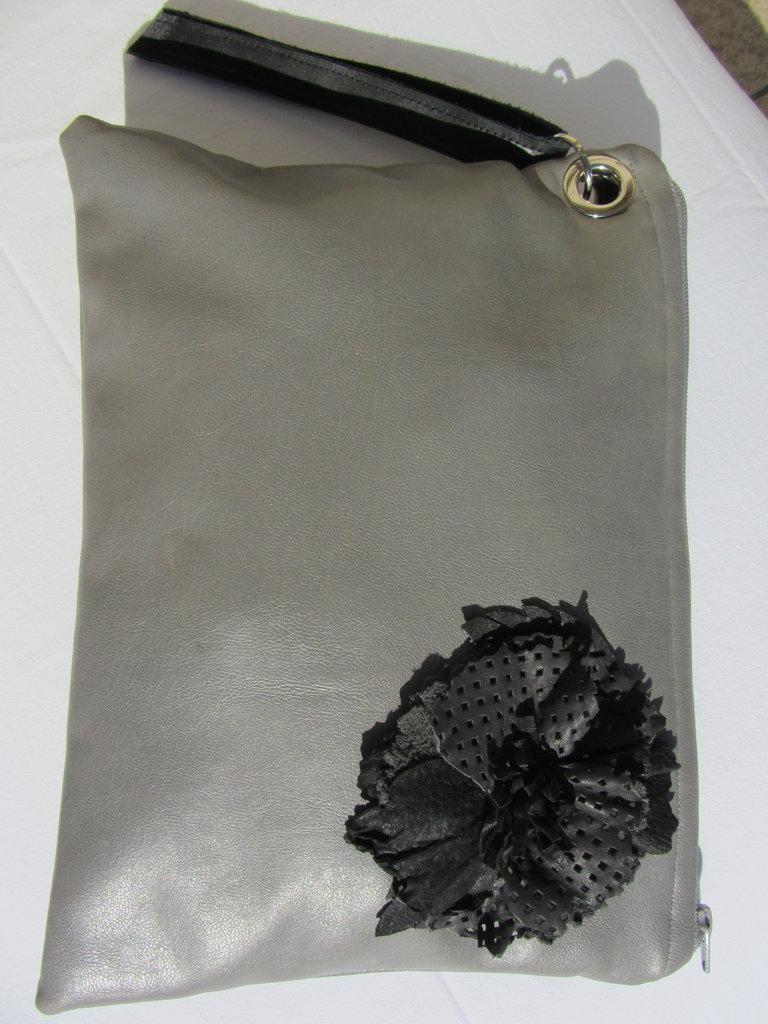 maxi pochette in ecopelle grigio morbidissima fiore in pelle nero stropicciato a rilievo fatto a mano