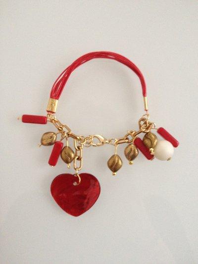 Bracciale fatto a mano rosso in filo alcantara, pendenti in vetro e cuore rosso madreperlato