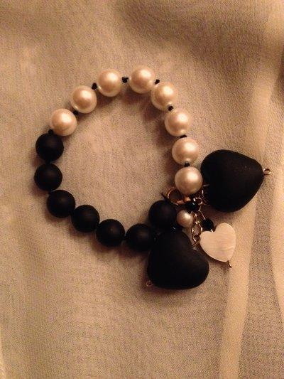 bracciale perle bianche e nere con pendente cuore nero fatto a mano