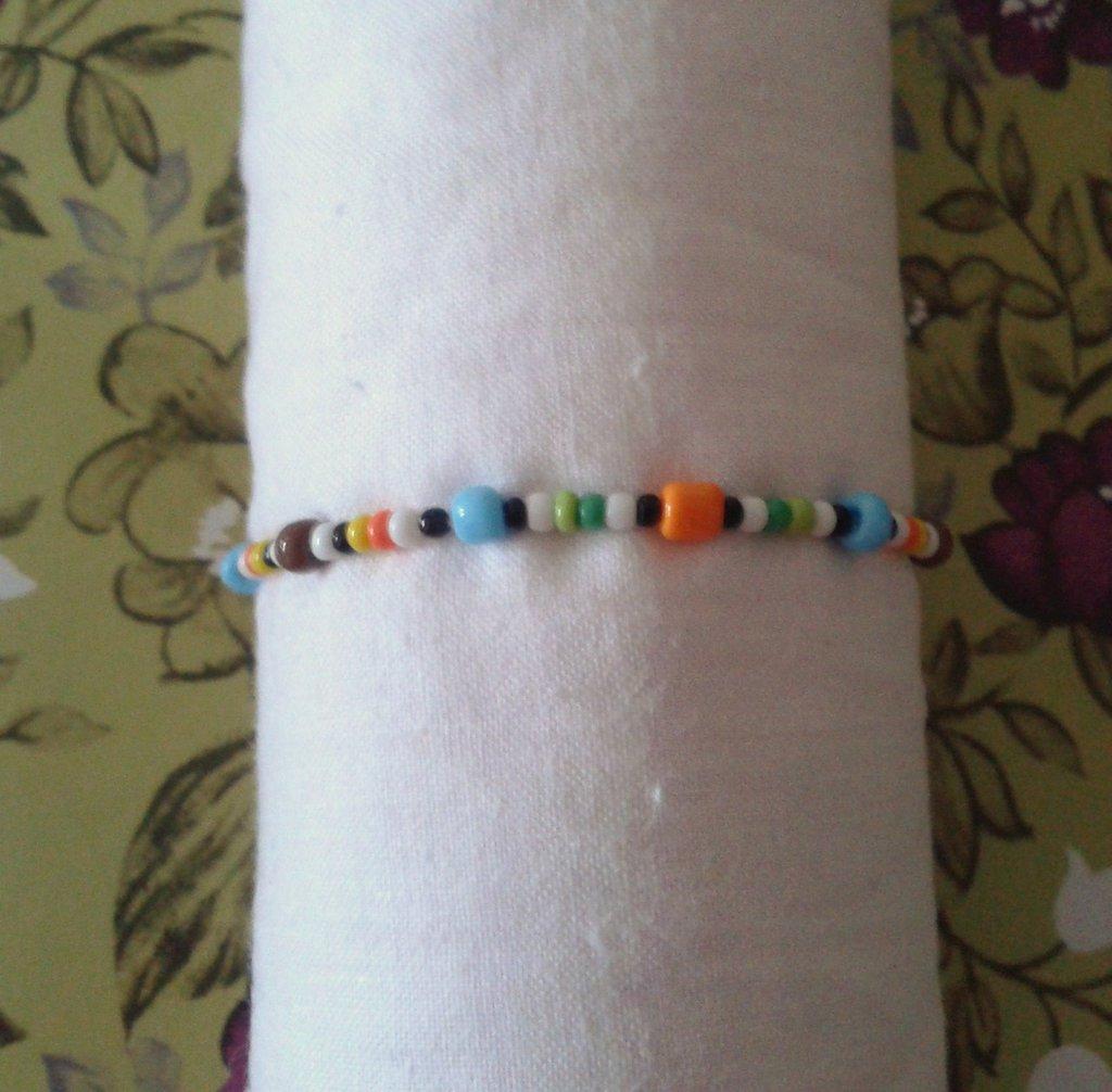 Braccialetto elastico per bambina con perline in plastica colorate