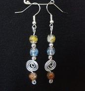 Orecchini pendenti con spirale argentata e perle in vetro crackle