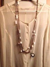 collana fatta a mano oro e bianca in metallo e vetro. Lunga come da foto