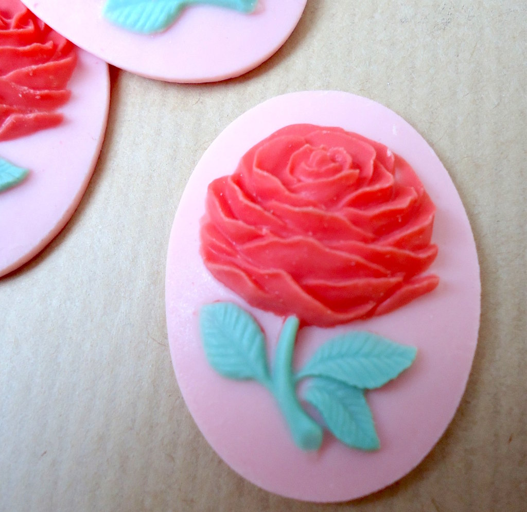 Cammeo Rosa rossa fondo rosa ovale cm4x3