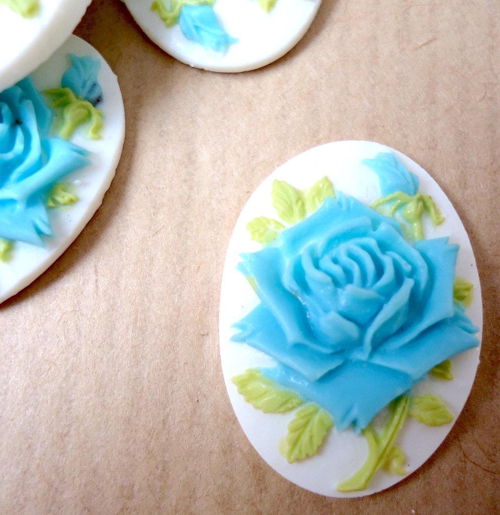 Cammeo Rosa azzurra fondo bianco ovale cm 2,5x1,8