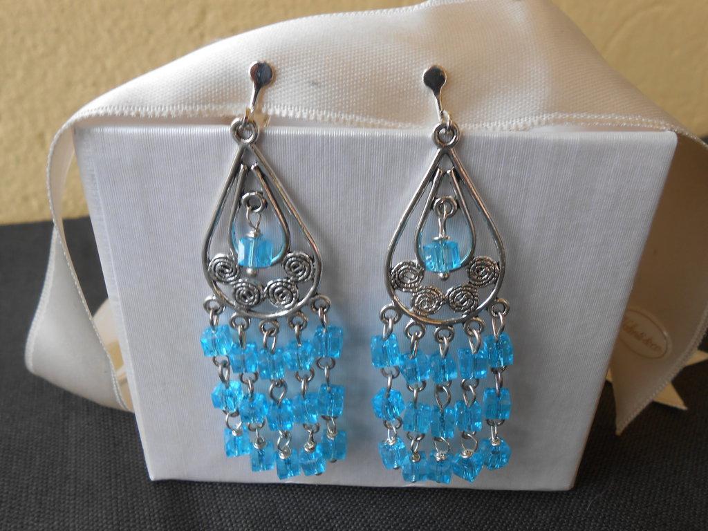 Orecchini pendenti fatti a mano con cristalli quadrati azzurri.