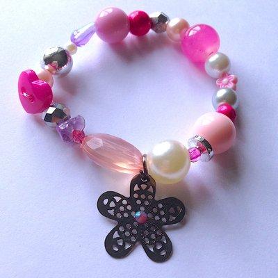 Braccialetto in perline nelle tonalità del rosa, con ciondolo a fiore traforato con strass centrale
