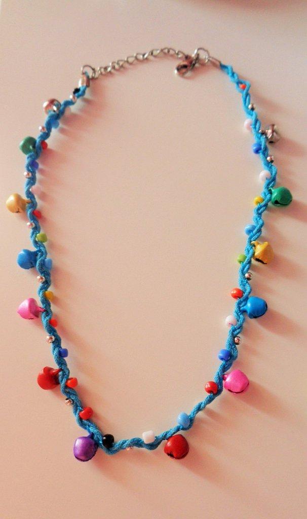 Collana con perline e campanellini variopinti