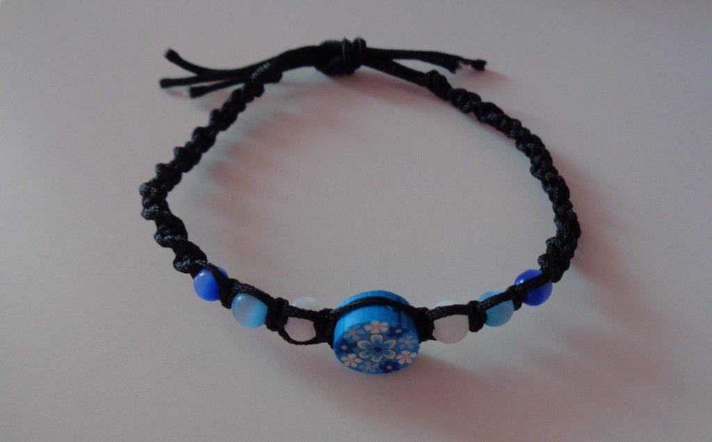 Braccialetto con perle azzurre su base di filo nera