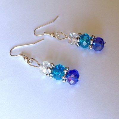 Orecchini pendenti Sfumature di azzurro con perle sfaccettate, fatti a mano
