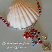 Collana con ciondoli di fimo e metallo in stile marinaro e cristalli bianco, rosso e blu