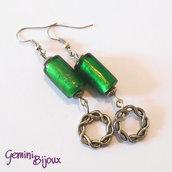 Orecchini cilindretti verdi e anelli ondulati in metallo