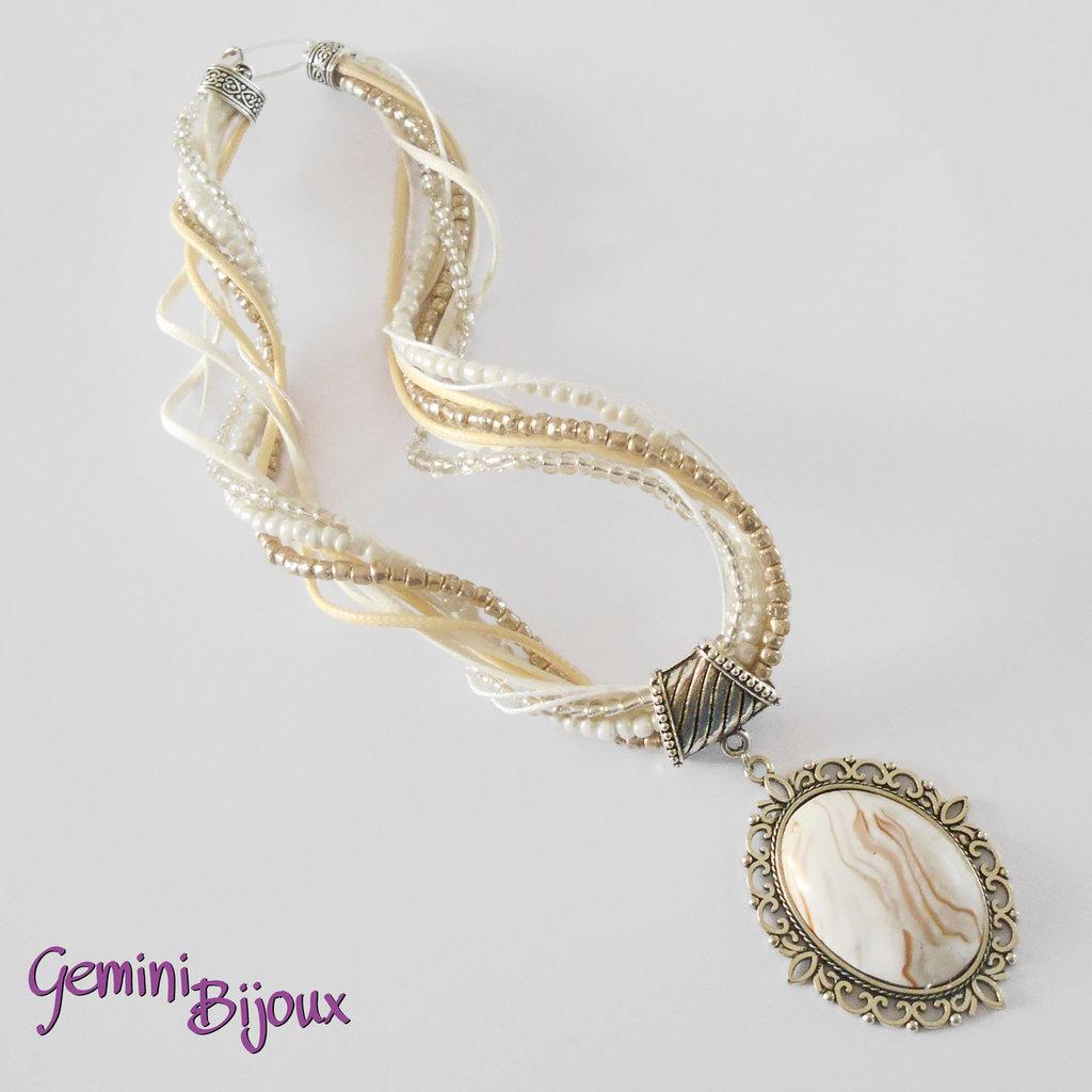 Collana con multifile di perline, filati e grande cabochon in fimo fatto a mano, tonalità bianco
