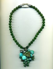 Collana in giada verde con grande pendente ricamato con pietre verdi e turchesi