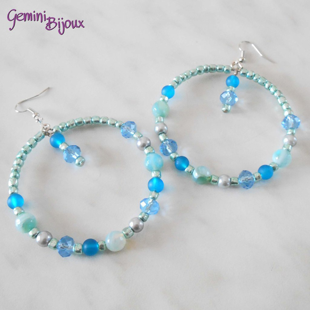 Orecchini a cerchio con perline celesti e azzurre