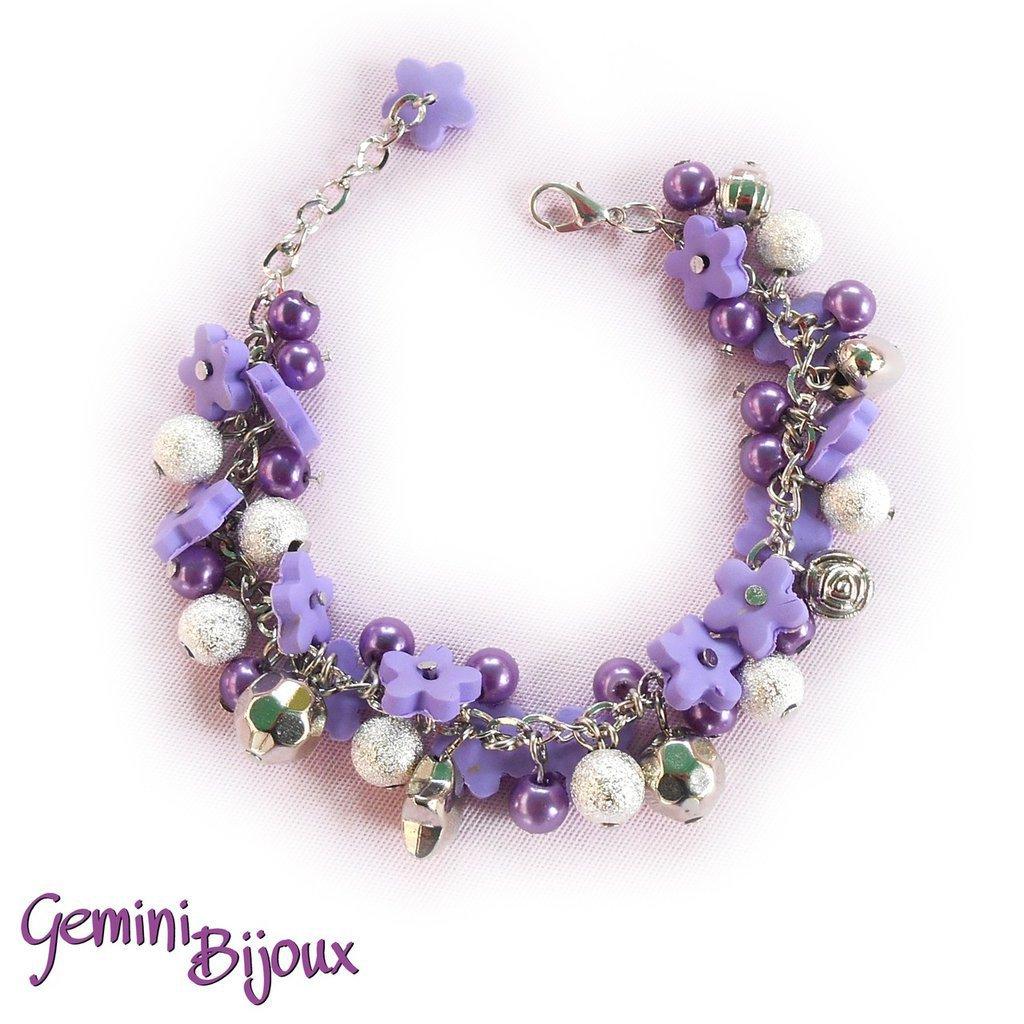 Bracciale a grappolo con fiori di fimo viola e perle, fatto a mano