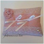 Cuscino per fedi in lino rosa con pizzo e rosa