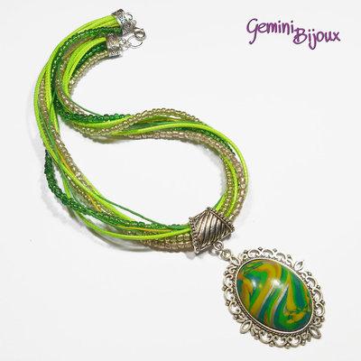 Collana con multifile di perline, filati e grande cabochon in fimo fatto a mano, tonalità verde