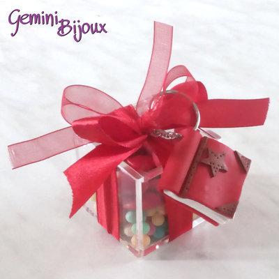 Bomboniera Laurea, scatola in plexiglass con portachiavi in fimo fatto a mano e confetti