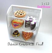 Miniature - Espositore da pasticceria con torte -  Dolci - Crostata al cioccolato - Millefoglie, crostate di frutta e  Profitterol  - 1:12