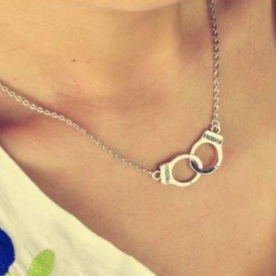 """Collana color argento con manette e scritta """"freedom""""idea regalo natale per lei"""